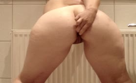 Masturbating with a carrot as she's peeing