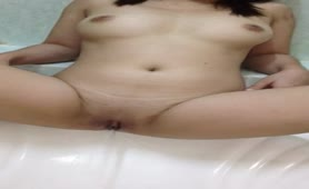 Kinky college girl peeing in bathtub